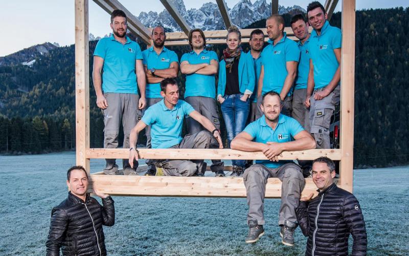 hoku-zimmerei-pustertal-carpenteria-team-hochheben